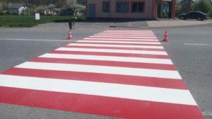 Почему разметка на дороге красного цвета