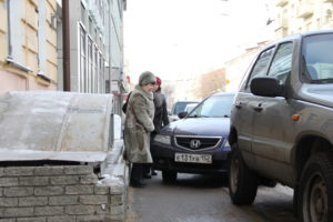 Машина припаркована на тротуаре куда жаловаться