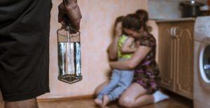 Почему алкоголики агрессивные и бьют жен