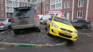 Неправильно парковка во дворе дома набордюре