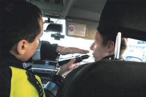 Лишенный прав человек сел за руль какой штраф