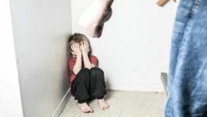Куда обращаться если мать бьет ребенка
