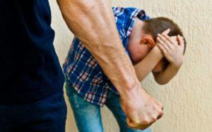 Взрослый человек избил ребенка